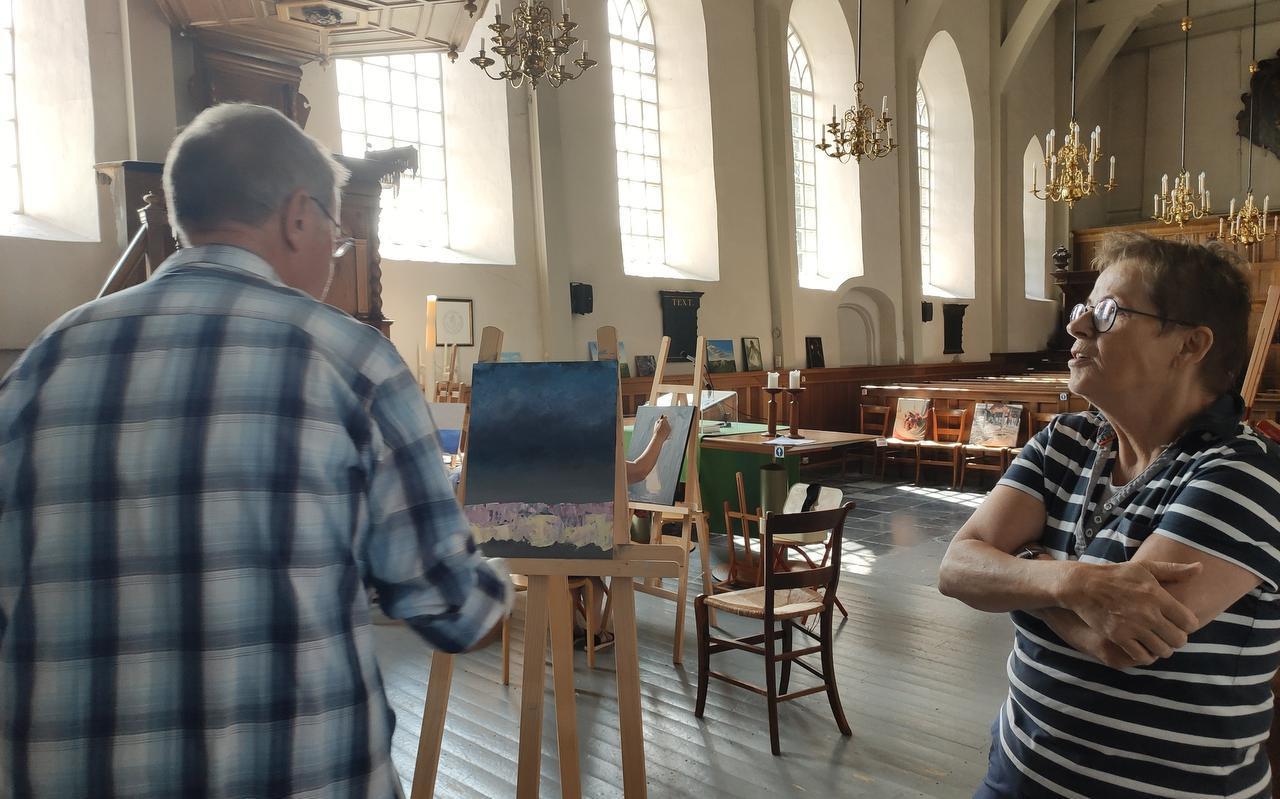 Yneke Fokkens (rechts) geeft Klaas Bakker aanwijzingen bij het schilderen.