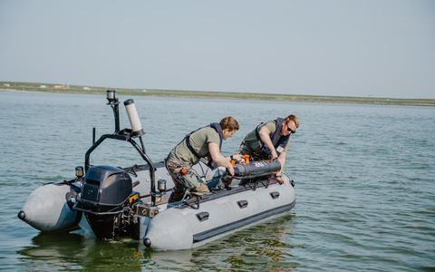 De onderwaterdrone REMUS wordt te water gelaten.