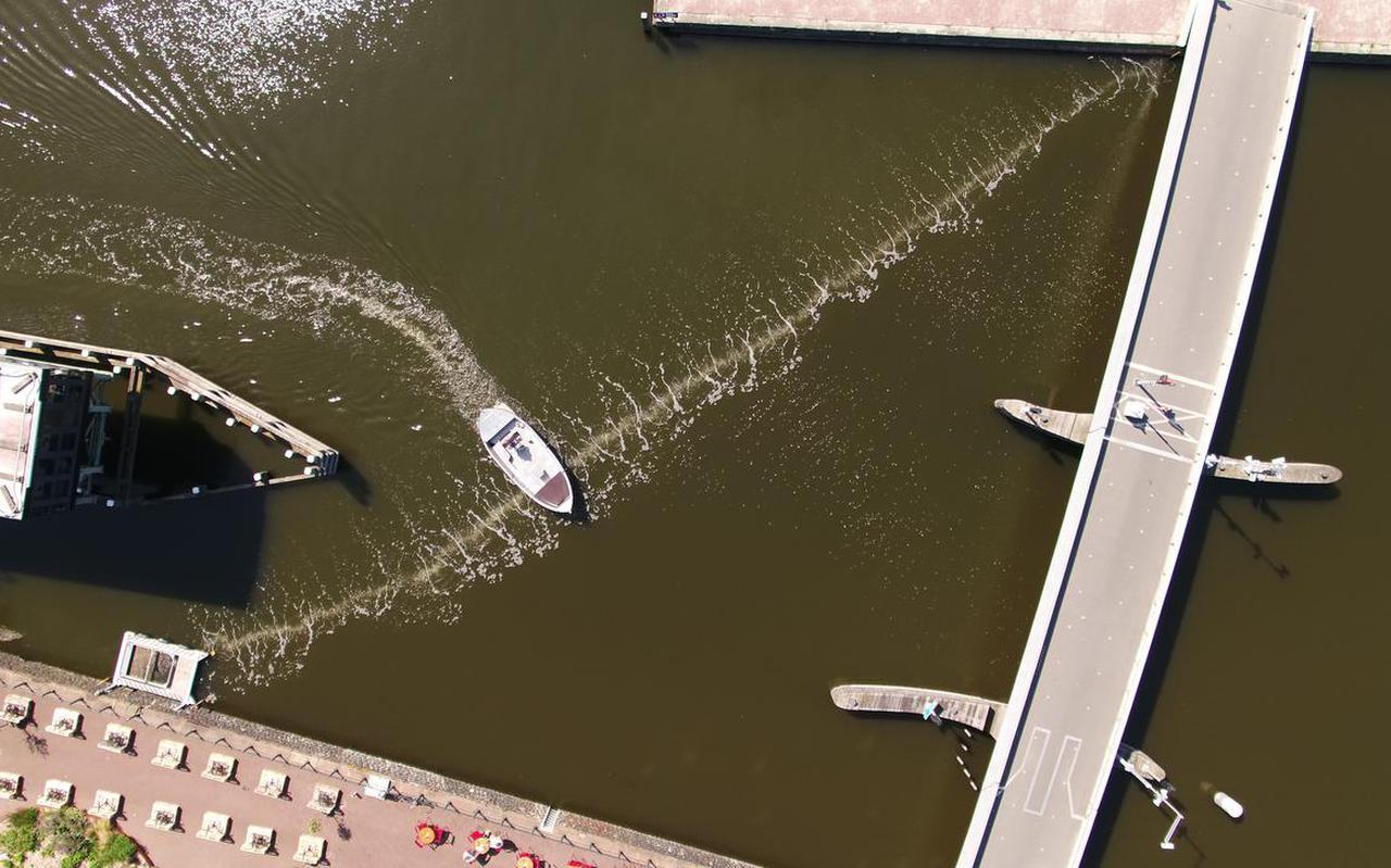 Het scheepsverkeer bij het Westerdok bij Amsterdam heeft geen last van het bellengordijn. De Bubble Barrier ligt daar sinds 2019.