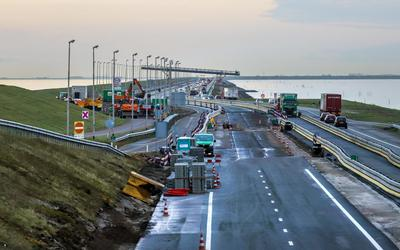 Archiefbeeld van werkzaamheden op de Afsluitdijk, gezien vanaf Breezanddijk in de richting van Fryslân, november 2020.