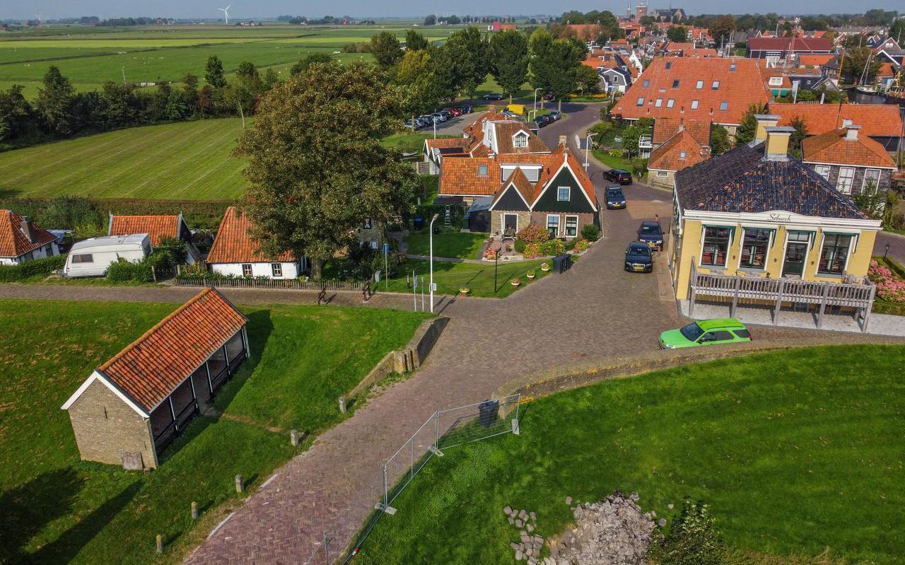 De Kaeidyk in Workum, met links op de voorgrond de leugenbank.