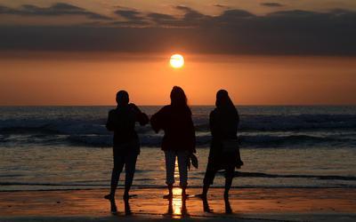 Beeld van de ondergaande zon in Bali.