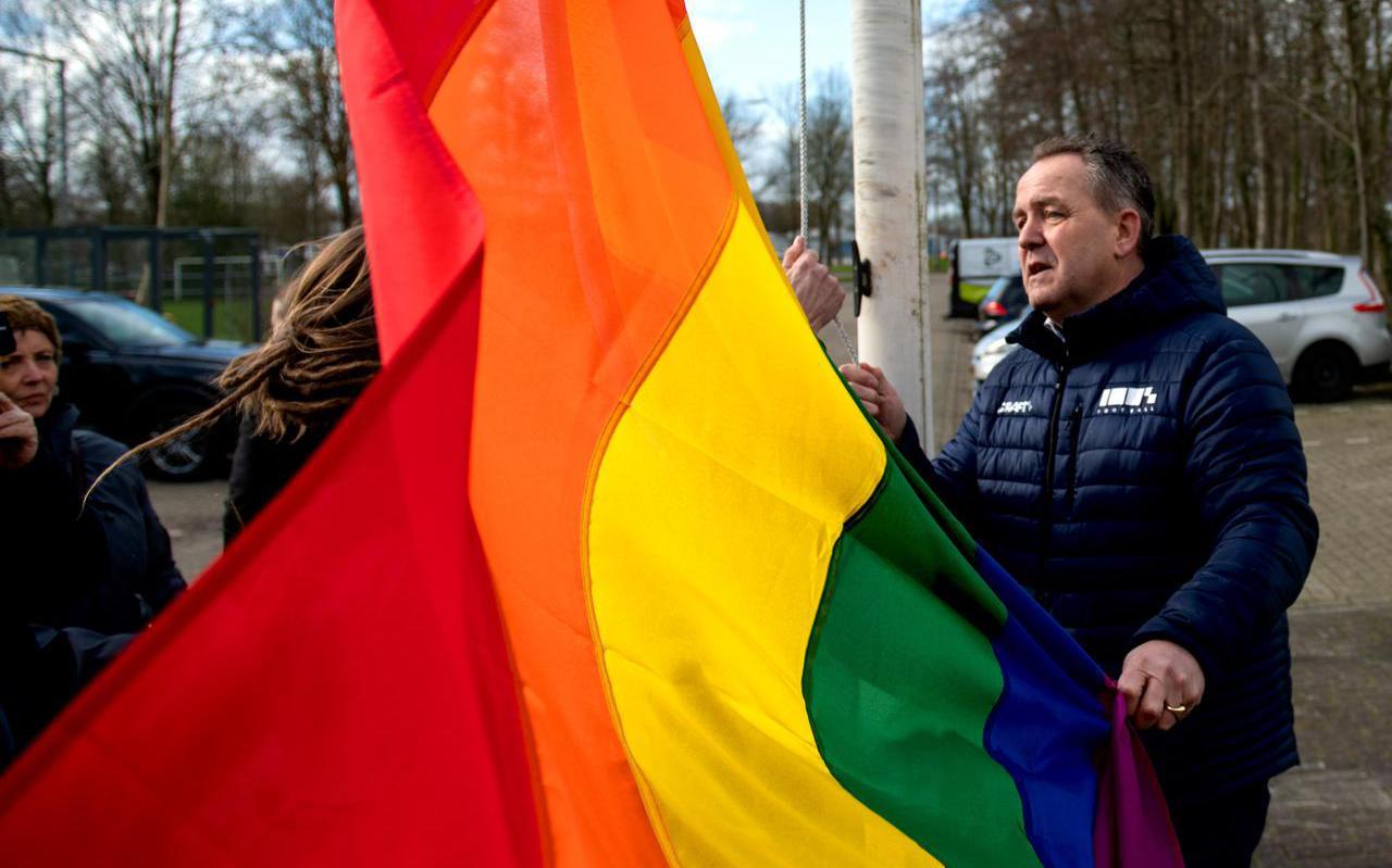De voorzitter van Drachtster Boys Gijs Lokhorst (rechts) en Anna de Groot van het COC hesen in februari 2021 de regenboogvlag op sportpark Drachtster Bos om aandacht te vragen voor acceptatie van lhbtiq+'ers in de sport.