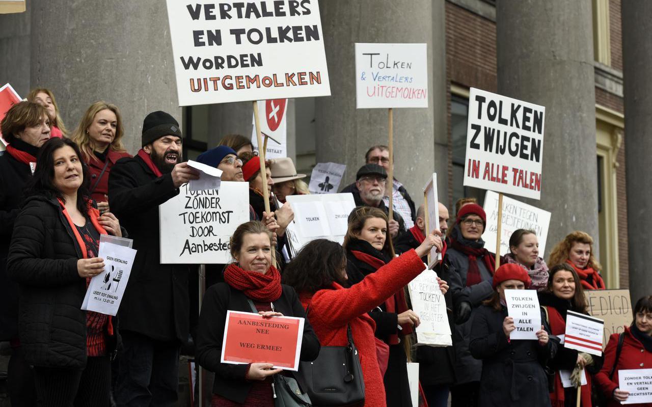 Januari 2020, rechtbanktolken voeren bij het Paleis van Justitie in Leeuwarden actie voor betere vergoedingen.