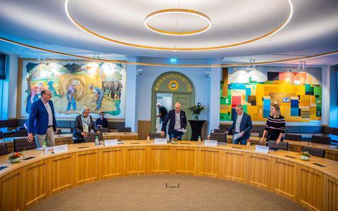 De enquêtecommissie van de gemeente Súdwest-Fryslân. Vanaf links: Gert Schouwstra (ChristenUnie), Angeline Kerver (GroenLinks), voorzitter Pieter van der Wal (CDA), Klaas Jan Semplonius (onafhankelijk raadslid) en Lianne van der Wal (VVD).