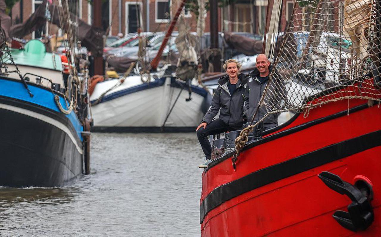 Dorette Spaans en Vincent de Vrijer van de Rode Swan, liggend in de haven van Harlingen, inventariseren de mogelijkheden om zich in te schrijven voor de coronasteunregeling voor de bruine vloot die een jaar na toezegging is opengesteld. Er zitten volgens hen nogal wat mitsen en maren aan. Pagina 3