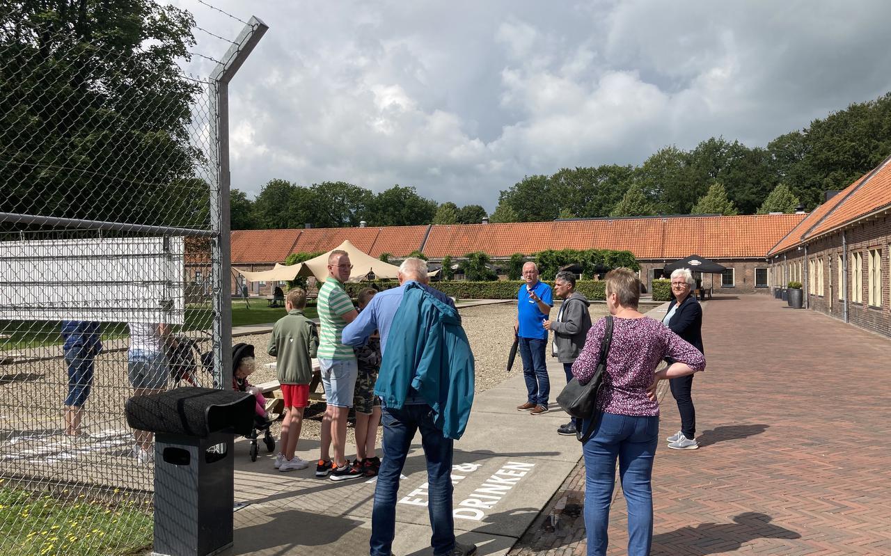 Bezoekers staan in de rij voor een tour in het Gevangenismuseum.