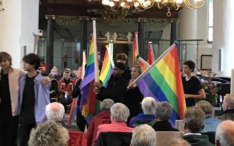 Theaterstudenten van D'Drive Friesland College openden de viering met vlaggen.