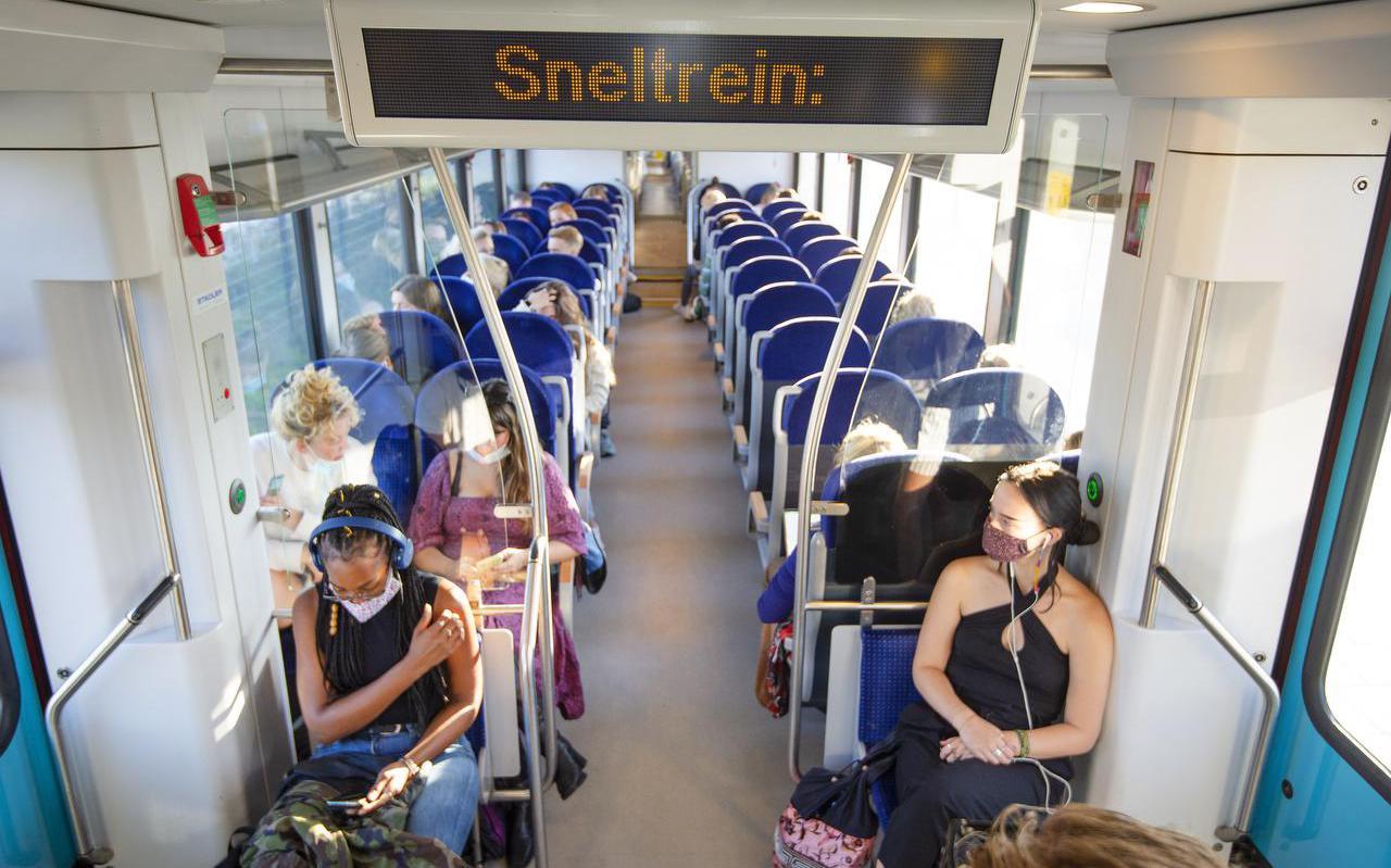 Drukte in de trein naar Leeuwarden op het station in Feanwâlden.