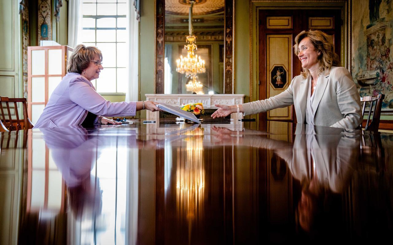Informateur Mariette Hamer bood dinsdag haar eindverslag aan Tweede Kamervoorzitter Vera Bergkamp aan.