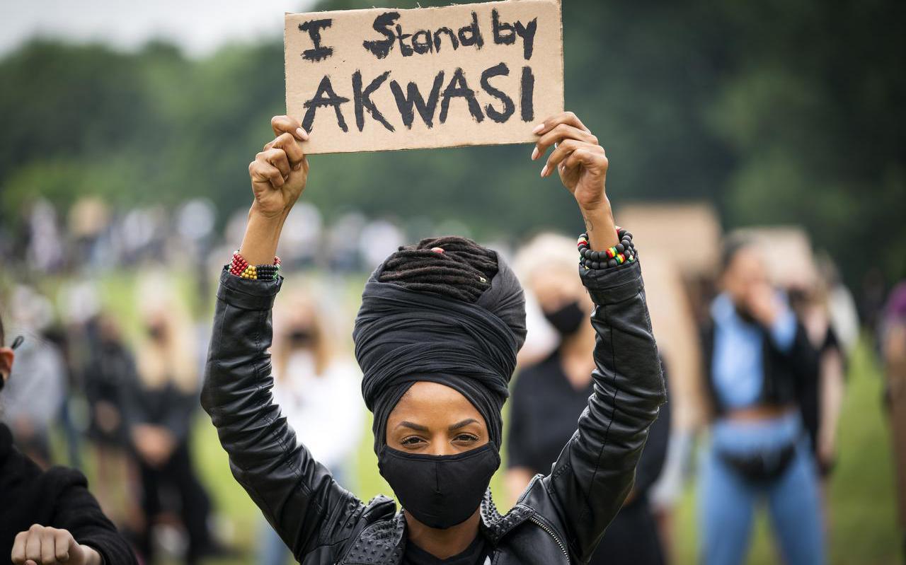 Demonstratie Black Lives Matter beweging in juni 2020. Volgens Beugelsdijk moeten Nederlanders voorzichtig zijn met het importeren van de Amerikaanse gepolariseerde discussie, omdat de situatie in Nederland heel anders is.