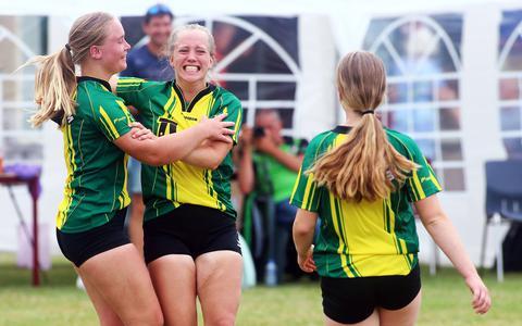 Lieke van Loon, Larissa Smink en Thirza Smink (op de rug gezien) zijn in Pingjum blij met de derde bondszege van de Makkumer meisjes in vier jaar tijd.