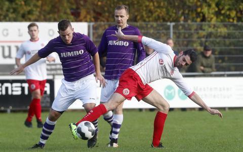 Gijs Vaessen (wit shirt) namens Scahrnegoutum'70 in actie in het seizoen 2018-2019 met Friso Nijboer van FC Wolvega.