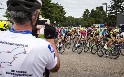 Sfeerbeeld van het peloton tijdens de eerste etappe van de Eneco Tour rondom Bolsward in 2015.