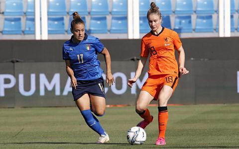 Sisca Folkertsma (r) in actie tijdens het oefenduel van Oranje met Italië op 10 juni 2021.
