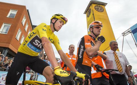 Pieter Weening (r) arriveert met Tourwinnaar Chris Froome voor de start van de Profronde van Surhuisterveen in 2016.