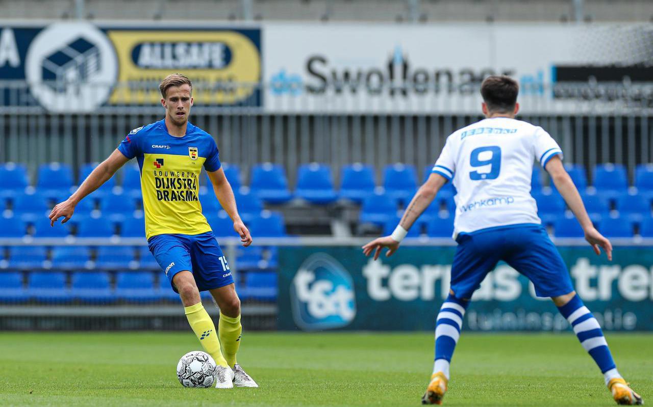 Marco Tol (l) kijkt om zich heen tijdens de oefenwedstrijd tegen PEC Zwolle.