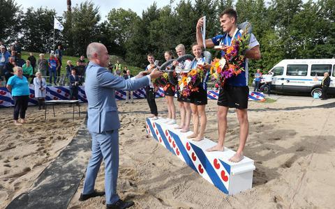 De Friese kampioenen van 2020 op een rij met CDK Arno Brok.