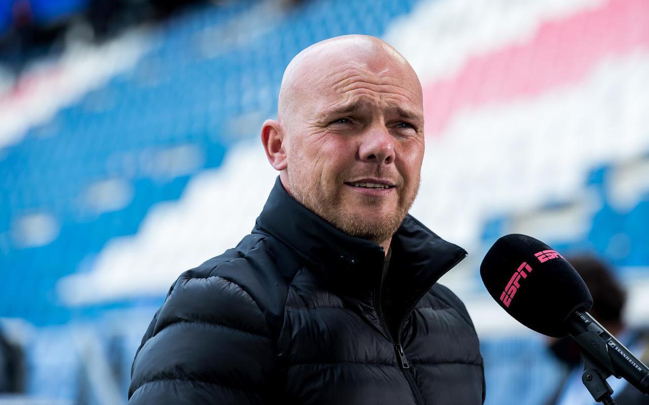 Johnny Jansen wordt geïnterviewd voor de laatste thuiswedstrijd van vorig seizoen tegen Sparta Rotterdam.