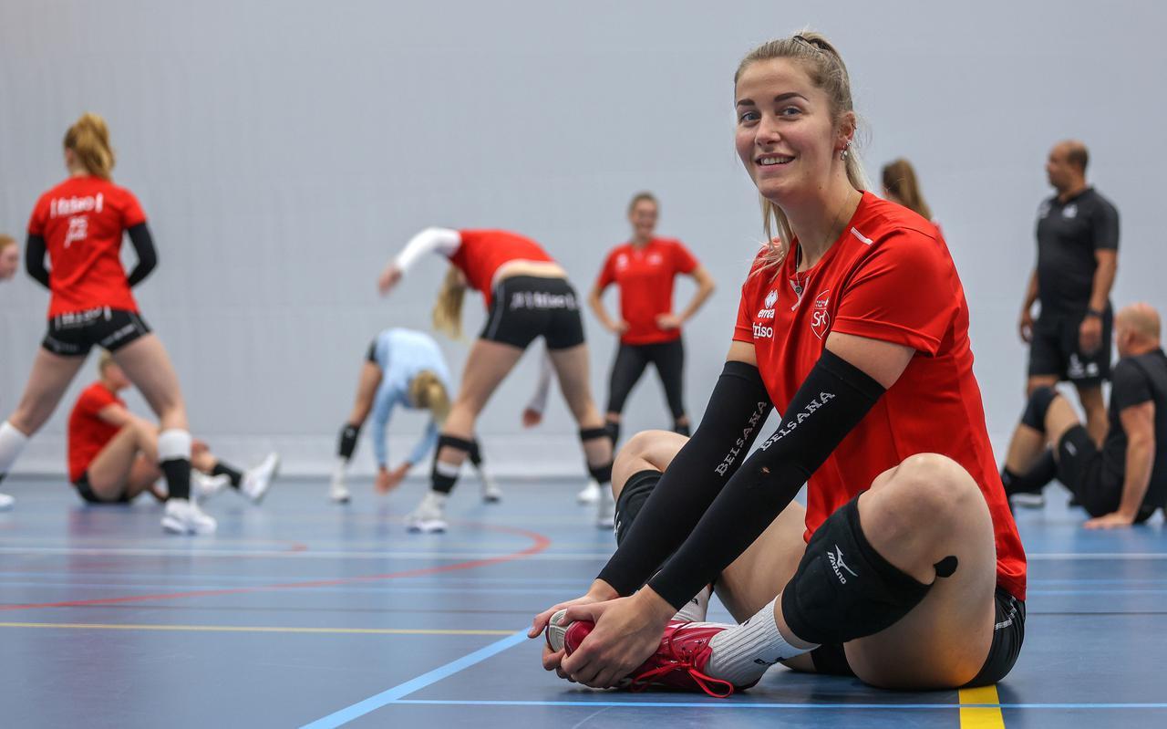 Nynke Oud in voorbereiding op de training met VC Sneek. Recht trainer/coach Jeffrey Scharbaai.