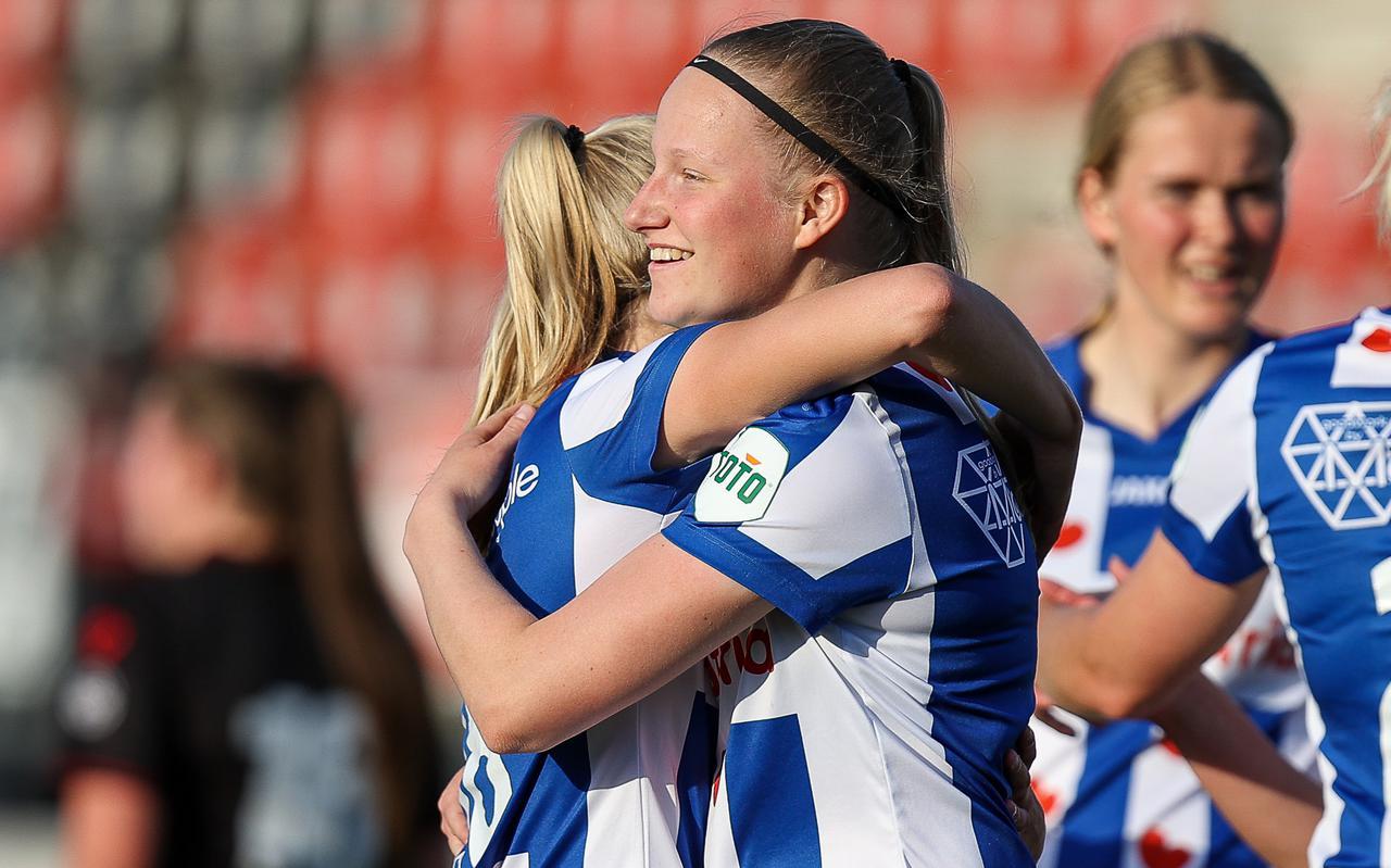 Williënne ter Beek wordt gefeliciteerd na haar laatste kunstje in het shirt van de vrouwen van sc Heerenveen in de uitwedstrijd tegen Excelsior/Barendrecht.