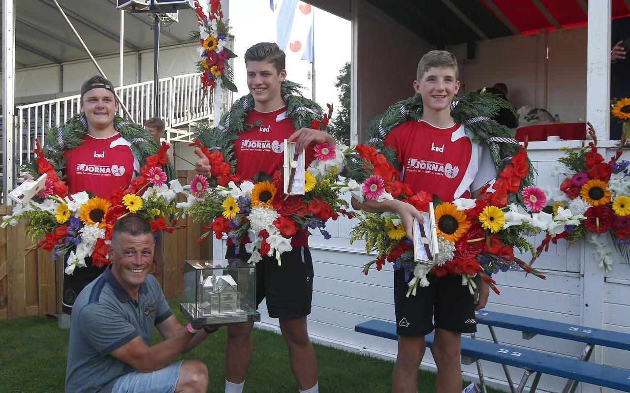 Robin Benders, Steven Koster en Jorrit Palma (vanaf links) van de afdeling Wêz Wis Tsjom hebben de 119e editie van de Freule gewonnen door Jellum-Bears in de finale met 5-5 en 6-4 te verslaan. Coach Johan Koster toont trots de lucratieve wisselprijs, de 'Villa van de Freule'.