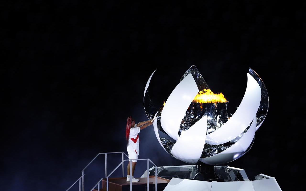 Tennisster Naomi Osaka steekt het olympisch vuur aan.